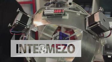 Seorang insinyur bernama Adam Beer menciptakan sebuah robot yang mampu memecahkan permainan rubik hanya dengan waktu 0,88 detik