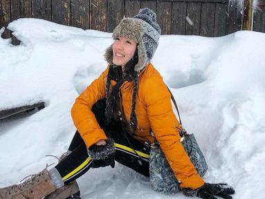Mantan kekasih Verrel Bramastya ini tengah menikmati liburannya di Swiss. Tak lupa, wanita 20 tahun ini berkunjung di pegunungan Mont Blanc. Berjaket kuning dengan topi hangat, Natasha Wilona menikmati dinginnya salju. (Liputan6.com/IG/natashawilona12)