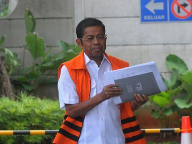 Mantan Sekjen Golkar, Idrus Marham tiba untuk menandatangani berkas P21 di gedung KPK, Jakarta, Jumat (28/12). Idrus Marham segera menjalani sidang perdana terkait kasus suap kesepakatan kontrak kerja sama pembangunan PLTU Riau-1 (Merdeka.com/Dwi Narwoko)