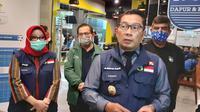 Gubernur Jawa Barat, Ridwan Kamil dan Kadispora Jabar serta Komisaris PT Persib Bandung, Umuh Muchtar dan Zaenuri Hasyim hadir pada swab test. (Bola.com/Erwin Snaz)