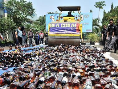 Bea Cukai memusnahkan barang bukti minuman keras ilegal di Kantor Bea Cukai Marunda, Jakarta, Selasa (2/10). Sebanyak 2.245 minuman keras ilegal dimusnahkan. (Merdeka.com/Iqbal Nugroho)