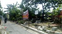 Pengendara sepeda motor melintas di Tempat Pemakaman Umum (TPU) Kampung Kerten yang akan dijadikan lokasi pembangunan Taman Cerdas Kerten. (M Ismail/JIBI/Solopos)
