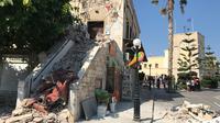 Sebagian bangunan tua hancur akibat gempa 6,7 SR yang terjadi di wilayah Kos, Kepulauan Yunani, Jumat (21/7). Pusat gempa yang tak terlalu jauh dengan Pulau Kos menyebabkan infrastruktur di sana hancur cukup parah. (AP Photo/Michael Probst)