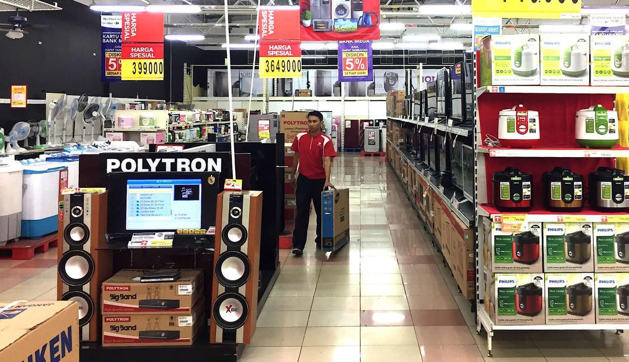 Pekerja merapikan barang elektronik yang dijual di pusat perbelanjaan di Jakarta, Rabu (5/9). Nilai tukar rupiah yang bergerak melemah hingga menembus Rp 14.920 per dolar AS berpotensi mengerek harga barang elektronik. (Liputan6.com/Immanuel Antonius)