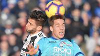 Gelandang Juventus, Rodrigo Bentancur duel udara dengan pemain Atalanta, Mario Pasalic pada laga ke-18 Serie A di Stadion Atleti Azzurri, Bergamo, Rabu (26/12). Juventus hanya mampu mengakhiri laga dengan skor 2-2. (Marco BERTORELLO / AFP)
