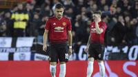 Ekspresi gelandang Man United, Andreas Pareira usai Manchester United kebobolan pada laga terakhir grup H Liga Champions yang berlangsung di stadion Mestalla, Valencia, Rabu (13/12). Manchester United kalah 1-2 atas Valencia. (AFP/Jose Jordan)