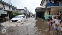 Sebuah mobil berusaha menerobos banjir di kawasan Kemang Utara, Jakarta Selatan, Rabu (20/7). Akibat intensitas hujan deras yang mengguyur Jakarta, sejumlah ruas jalan tergenang air. (Liputan6.com/Yoppy Renato)