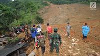 Tim SAR dibantu warga sekitar berusaha mencari orang yang tertimbun longsor di Dusun Cimapag, Desa Sirnaresmi, Kecamatan Cisolok, Sukabumi, Selasa (1/1). Hingga Selasa dini hari, 2 orang ditemukan meninggal dan 3 luka-luka. (merdeka.com/Arie Basuki)