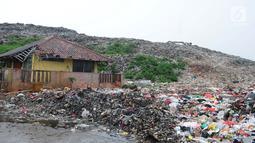 Tumpukan sampah di tempat pembuangan akhir (TPA) Burangkeng, Bekasi, Jawa Barat, Selasa (22/1). Ketinggian masing-masing zona yang terdapat di TPA Burangkeng antara 15-20 meter. (Liputan6.com/Herman Zakharia)