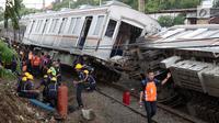 Petugas mengevakuasi rangkaian KRL yang anjlok di perlintasan Kebon Pedes, Bogor, Jawa Barat, Minggu (10/3). Tidak ada korban jiwa dalam kejadian tersebut. (Liputan6.com/Immanuel Antonius)