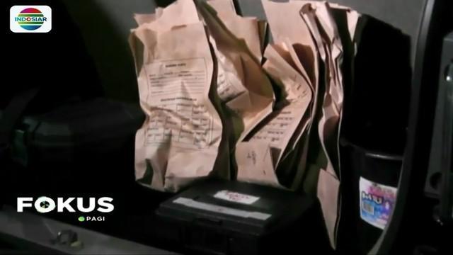 Usai lakukan olah TKP kasus pembunuhan satu keluarga di Bekasi, tim Puslabfor Mabes Polri kumpulkan sejumlah barang bukti dalam 8 kantong untuk diidentifikasi.