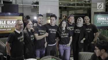 Sejumlah aktor dan aktris yang tergabung dalam Geng Humble Glam berfoto bersama saat ditemui dikawasan Jakarta, Rabu (28/3). (Liputan6.com/Faizal Fanani)