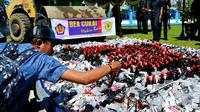 Kantor Bea dan Cukai Bengkulu melakukan pemusnahan barang sitaan berbagai jenis yang merugikan negara dari sektor pajak (Liputan6.com/Yuliardi Hardjo)