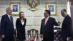 Ketua DPD RI Oesman Sapta Odang (kedua kanan) menerima kunjungan Ketua Senat Polandia Stanislaw Karczewski (kedua kiri) di Gedung Nusantara III, Senayan, Jakarta, Selasa (3/10). (Liputan6.com/Johan Tallo)