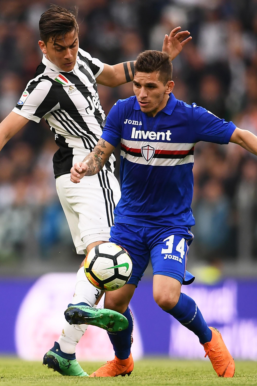 Striker Juventus, Paulo Dybala, berebut bola dengan gelandang Sampdoria, Lucas Torreira, pada laga Serie A di Stadion Allianz, Turin, Minggu (15/4/2018) (AFP/Marco Bertorello)