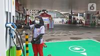Petugas melakukan pengecekan mesin Stasiun SPKLU di SPBU Pertamina Fatmawati, Jakarta, Minggu (13/12/2020). SPKLU ini  merupakan upaya Pertamina untuk mendukung pemerintah dalam mendorong tumbuhnya ekosistem kendaraan listrik dalam negeri. (Liputan6.com/Herman Zakharia)