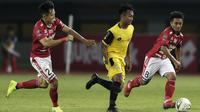 Gelandang Bhayangkara FC, Muhammad Hargianto, berusaha melewati gelandang Bali United, Sutanto Tan, pada laga Piala Presiden 2019 di Stadion Patriot, Bekasi, Kamis (14/3). Bhayangkara menang 4-1 atas Bali. (Bola.com/Yoppy Renato)