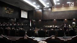 Suasana sidang pembahasan UU No. 19 Tahun 2003 tentang BUMN di Mahkamah Konstitusi (MK), Jakarta, Rabu (18/4). MK kembali menggelar sidang Pengujian Pasal 2 Ayat (1) huruf a dan b dan Pasal 4 ayat (4) UU BUMN. (Merdeka.com/Iqbal Nugroho)