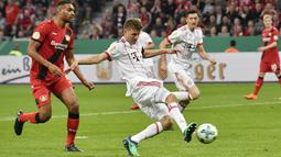 Penyerang Bayern Munchen, Thomas Mueller, melepaskan tendangan ke gawang Bayer Leverkusen pada laga DFB Pokal di Stadion BayArena, Selasa (17/4/2018). Bayern Munchen menang 6-2 atas Bayer Leverkusen. (AP/Martin Meissner)