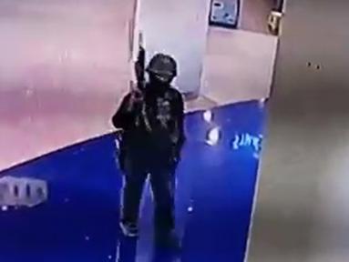 Rekaman CCTV menunjukkan tentara Thailand Jakrapanth Thomma berjalan sambil membawa senjata di mal Terminal 21, Nakhon Ratchasima, Thailand, Sabtu (8/2/2020). Hingga saat ini tercatat 26 orang tewas dalam penembakan yang dilakukan Jakrapanth Thomma di mal Terminal 21. (MCOT/MCOT Public Company Limit