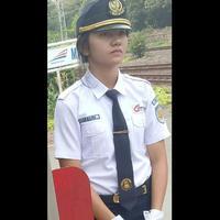 Setidaknya foto perempuan yang jadi petugas KRL ini telah di share lebih dari 1.300 kali dan inilah penyebabnya. (Foto: Facebook/Omphu Mohammed Iqbal)