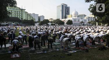 FOTO: Pandemi, Salat Id di Masjid Al-Azhar Terapkan Protokol Kesehatan