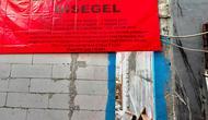 Pembangunan gudang yang menutup rumah kakek Abun disegel Pemprov DKI Jakarta. (Liputan6.com/Rizki Putra Aslendra)