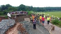 Jembatan Bodem, berlokasi di Desa Karangmukti, Kecamatan Bungursari Kabupaten Purwakarta ambruk, Jumat (3/4/2020) dan menimbun sejumlah orang. (Foto: Liputan6.com/Abramena)