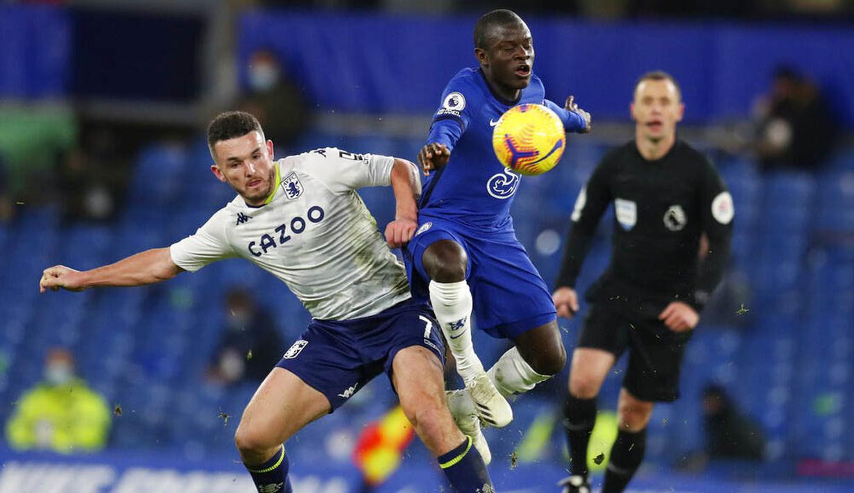 Gelandang Chelsea, N'Golo Kante, berebut bola dengan pemain Aston Villa, John McGinn, pada laga Liga Inggris di Stadion Stamford Bridge, Senin (28/12/2020). Kedua tim bermain imbang 1-1. (Catherine Ivill/Pool via AP)