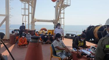 16 ABK yang kapalnya terbakar di Laut Jawa, Bangka Belitung, berhasil diselamatkan. (Liputan6.com/Ahmad Adirin)