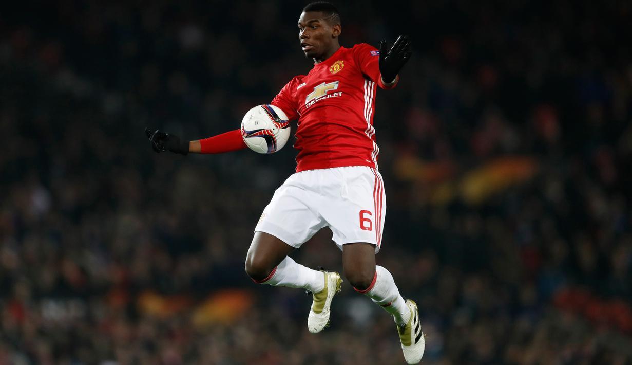 Gelandang Manchester United, Paul Pogba berusaha mengontrol bola saat bertanding melawan Feyenoord pada pertindangan Grup A Liga Europa di Stadion Old Trafford, Inggris (24/11). MU menang telak atas Feyenoord dengan skor 4-0. (Reuters/Carl Recine)