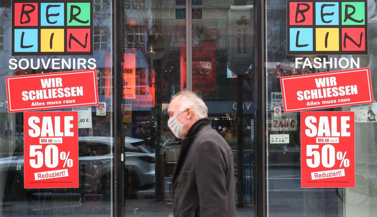 Seorang pria berjalan melewati toko cendera mata yang tutup di Berlin, Jerman, 16 Desember 2020. Jerman menerapkan karantina wilayah (lockdown) yang lebih ketat mulai 16 Desember 2020. (Xinhua/ShanYuqi)
