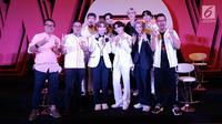 "Boyband Korea Ateez foto bersama dengan Deputy CEO Smartfren, Djoko Tata Ibrahim (kanan) serta Dirut IEP Indra Yudhistira (kiri) dan Chief Brand Officer Smartfren Roberto Saputra seusai jumpa pers  ""Smartfren WOW Concert 2019"" di SCTV TOWER, Jakarta, Jumat (20/9/2019). (Liputan6.com/Herman Zakharia)"