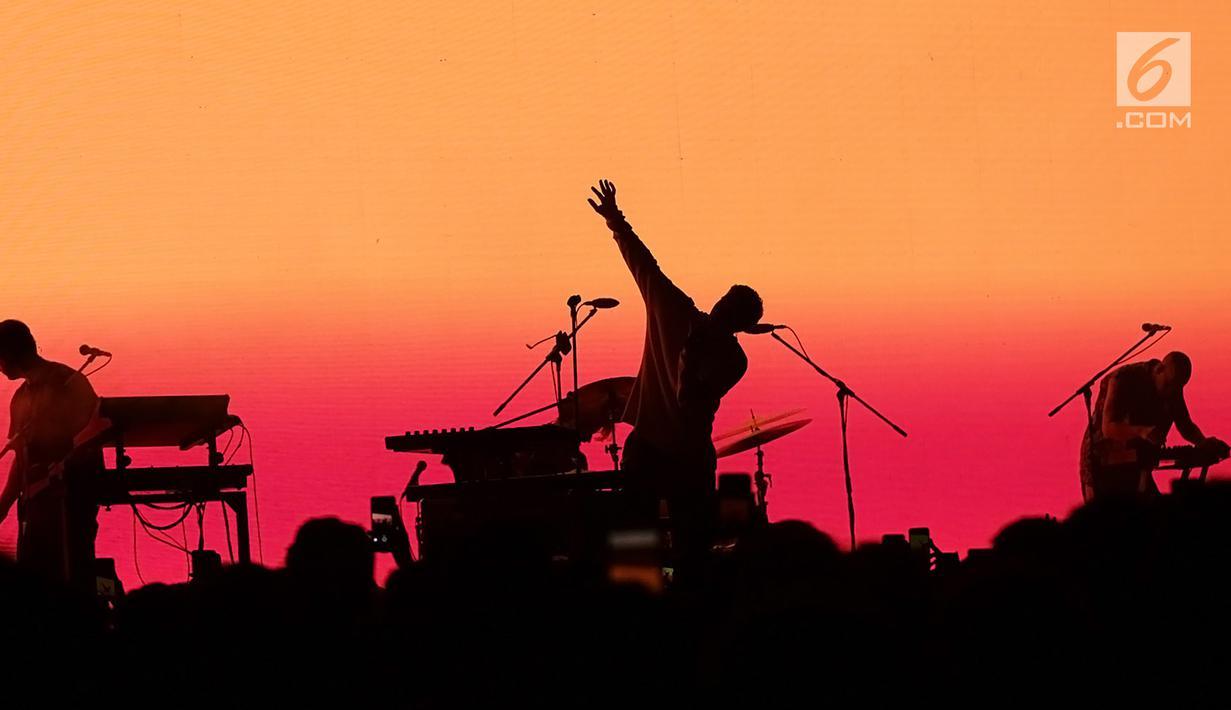 "Grup band asal Los Angeles, LANY menghibur penggemarnya dalam konser bertajuk ""LANY Malibu Night Tour"" di Tennis Indoor Senayan, Jakarta, Rabu (14/8/2019) malam. Trio electro pop yang digawangi Paul Jason Klein, Jake Goss dan Less Priest ini membawakan 16 lagu. (Fimela.com/Bambang E. Ros)"