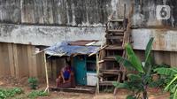 Warga duduk di bantaran kali di Jakarta, Selasa (4/8/2020). Berdasarkan data Badan Pusat Statistik (BPS), Provinsi DKI Jakarta tercatat sebagai provinsi dengan peningkatan Gini Ratio tertinggi, yaitu naik 0,008 poin per Maret 2020. (Liputan6.com/Angga Yuniar)