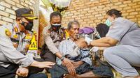 Pemberian vaksin Covid-19 kepada seorang warga lanjut usia di Pekanbaru. (Liputan6.com/M Syukur)