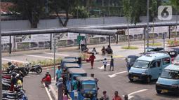 Suasana penataan integrasi antarmoda Stasiun Tanah Abang, Jakarta Pusat, Minggu (7/6/2020). Kawasan Stasiun Tanah Abang kini punya wajah baru. Semua moda angkutan transportasi umum diberi jalur khusus untuk mengangkut penumpang kereta rel listrik dengan tertib dan nyaman. (Liputan6.com/Angga Yuniar)
