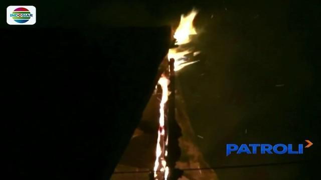 Saat malam takbiran, sebuah rumah makan di kawasan Rawamangun, Jakarta Timur, yang sedang ditinggal pemilik, kebakaran.