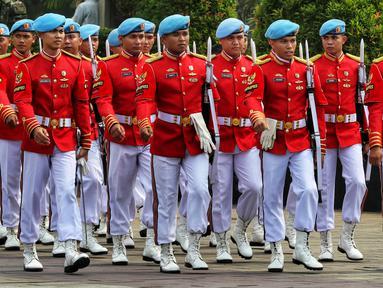 Anggota Paspampres bersiap jelang pemakaman istri presiden ke-6 RI Susilo Bambang Yudhoyono, Ani Yudhoyono di TMP Kalibata, Jakarta, Minggu (2/6/2019). Pemakaman Ani Yudhoyono akan dilakukan dengan prosesi militer. (Liputan6.com/JohanTallo)