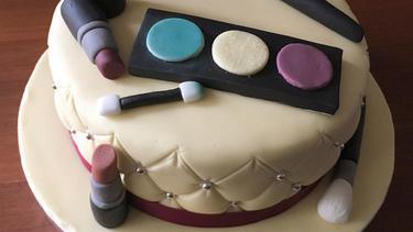 8 Inspirasi Kue Super Cantik Untuk Penggemar Make Up Dan