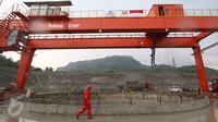 Pekerja beraktivitas di sekitar proyek pembangkit listrik tenaga air (PLTA) Jatigede, Sumedang, Jawa Barat, Kamis (6/4). Diperkirakan PLTA ini sudah dapat beroperasi pada 2019. (Liputan6.com/Immanuel Antonius)