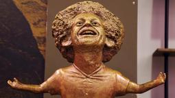 Patung perunggu bintang Liverpool, Mohamed Salah yang dipamerkan pada pertemuan World Youth Forum di Sharm al-Sheikh, Mesir, Senin (5/11). Banyak masyarakat di media sosial yang mengejek dan menilai patung itu tidak mirip dengan Salah. (AP/Ayman Aref)
