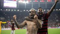 Pemain Flamengo, Gabriel Barbosa, bersama Rodinei, merayakan kemenangan atas Emelec pada laga Copa Libertadores di Stadion Allianz Parque, Sao Paulo, Selasa (30/7). Palmeiras lolos ke babak perempat final. (AFP/Nelson Almeida)