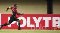 Gelandang Barito Putera, Rizky Pora, menggiring bola saat melawan Sriwijaya FC pada laga Piala Presiden di Stadion Kapten I Wayan Dipta, Bali, Senin (13/2/2017).  Barito Putera kalah 1-2 dari Sriwijaya FC. (Bola.com/Vitalis Yogi Trisna)