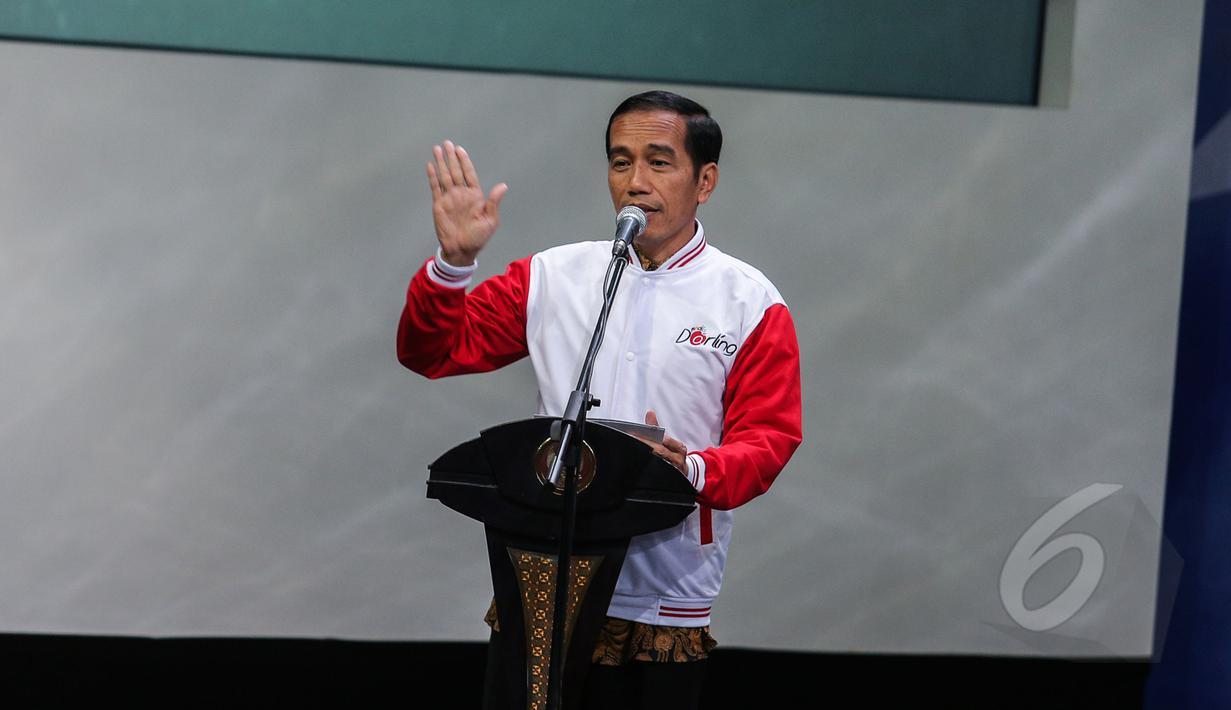 Presiden Joko Widodo saat menghadiri Silatuhrahmi Pers Nasional di gedung Auditorium  TVRI, Jakarta, Senin (27/4/2015). Dalam kesempatan itu Jokowi mendapatkan jaket Pers berwarna merah putih (Liputan6.com/Faizal Fanani)