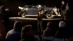 Petugas berjaga di dekat mobil Mercedes-Benz 770K Grosser Open Tourer milik Adolf Hitler yang di Scottsdale, Arizona, AS, (17/1). Mobil dengan nomor registrasi asli IA 148461 ini pernah dipakai Hitler untuk berkeliling Eropa. (AFP Photo/Laura Segall)