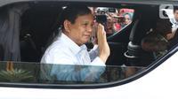 Ketua Umum Partai Gerindra Prabowo Subianto berada di dalam mobilnya saat meninggalkan Kompleks Istana Kepresidenan di Jakarta, Senin (21/10/2019). Prabowo Subianto mengaku diminta untuk masuk ke kabinet Joko Widodo-Ma'ruf Amin. (Liputan6.com/Angga Yuniar)