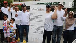 Anggota komunitas Sahabat Thamrin saat mengenang tragedi 3 tahun bom Thamrin di kawasan Thamrin, Jakarta, Minggu (13/1). Acara ini bertema 'Menerima Perbedaan untuk Merayakan Kebersamaan dan Perdamaian'. (Liputan6.com/Herman Zakharia)
