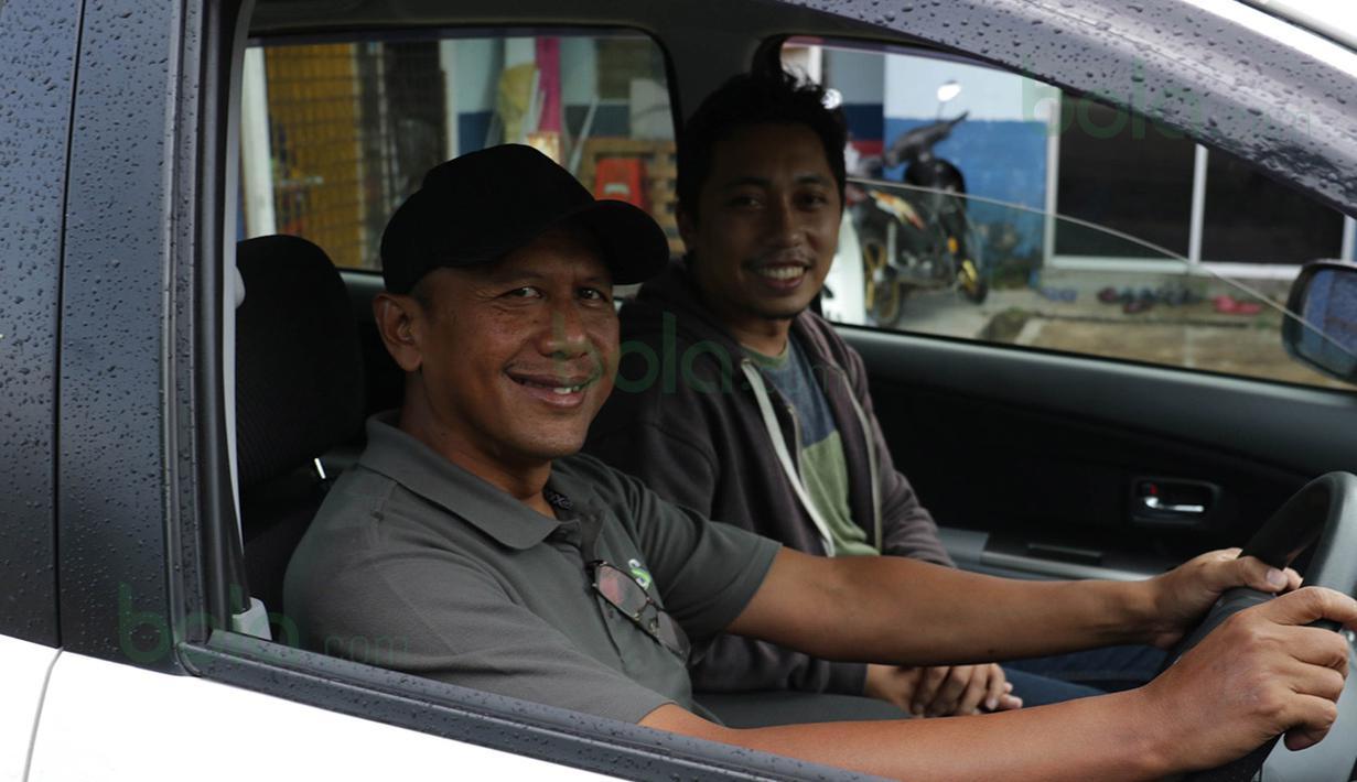 Rahmad Darmawan menjemput wartawan Bola.com, Juprianto Alexander dan Nicklas Hanoatubun, di Bandara Sultan Mahmud Kuala Terengganu, Malaysia, Senin (25/1/2016). (Bola.com/Nicklas Hanoatubun)
