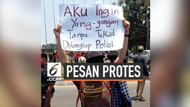 Massa dari seluruh mahasiswa di Jakarta menggelar aksi penolakan terhadap RUU KUHP, RUU Pertanahan, dan UU KPK di depan gedung MPR/DPR. Akan tetapi, dalam demo tersebut, mereka menyampaikan pesan protes yang lucu dan unik.
